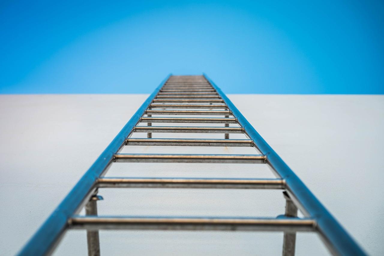 Comment fixer une échelle de toit ?
