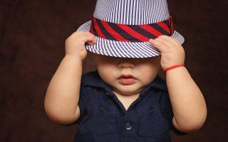 bebe avec un chapeau