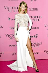 Taylor Swift sublime dans une robe de soirée blanche signée Zuhair Murad