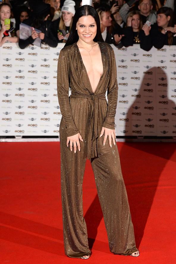 Jessie J en combinaison très décolletée sur tapis rouge