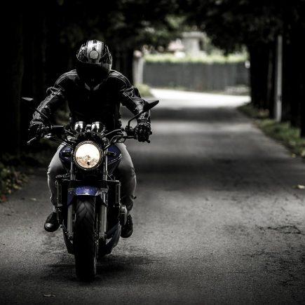 Comment se protéger la tête du froid à moto ?